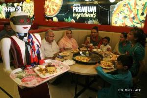 عجیبترین خدمتکار در یک پیتزا فروشی!
