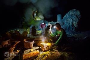 تصاویر جالب از کار در آتشفشان فعال!