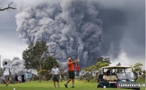 بازی گلف در میان آتشفشان فعال