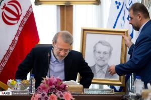 عکس/ هدیه ویژه رئیس کمیته بینالملل دومای روسیه به لاریجانی!