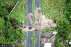 جاده تخریب شده در سیل السالوادور
