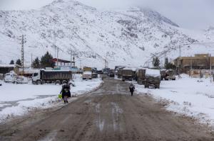 بارش برف و کولاک راه ۳۰ روستای تکاب را بست