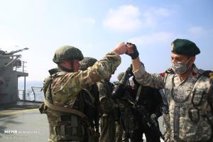 عکس/ خوش و بش نیروهای نظامی ایران و روسیه در رزمایش