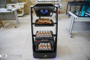 عکس/ پذیرایی روبات ایرانی در یک مراسم