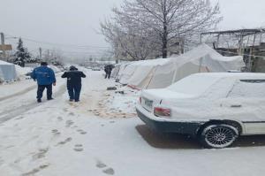 بارش برف در شهر زلزلهزده سیسخت آغاز شد
