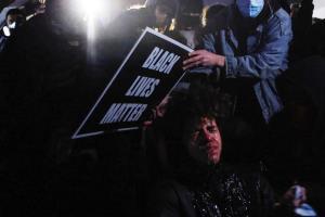 عکس/ اعتراضات به قتل جوان 20 ساله توسط پلیس آمریکا