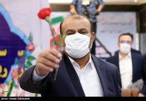 عکس/ هدیه وزیر سابق نفت به مردم هنگام ثبت نام در انتخابات