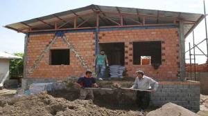 خانههای آسیبدیده از زلزله میانه و سراب تا پایان تیرماه تکمیل میشوند