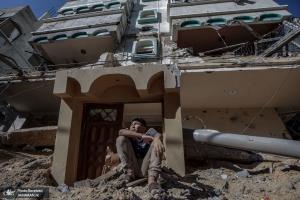 پسری فلسطینی در زیر آوار خانه خود پس از حملات رژیم صهیونیستی