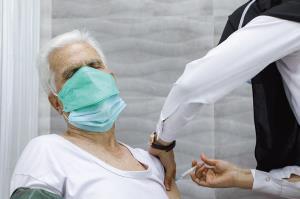 آغاز واکسیناسیون سالمندان مثبت ۷۶ سال در مشهد