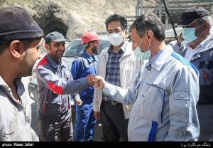 عکس/ سلام کرونایی فتاح با کارگران پروژه آزادراه تهران - شمال