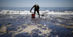 پاکسازی لکههای نفتی از ساحل کنگان