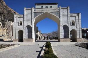 عکس/ ساخت بنای «دروازهقرآن شیراز» در «مینیورلد» ملایر
