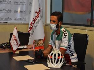 دوچرخه سوار شیرازی برای رأیدادن در جوار مرقد حاج قاسم ۳۲۰۰  کیلومتر را رکاب زد