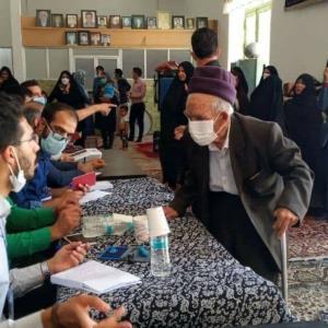 عکس/ پیرمرد ۱۱۰ ساله در رفسنجان، رای خود را به صندوق انداخت