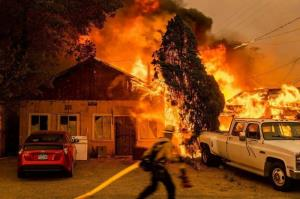 عکس/ گسترش آتش جنگل ها به سمت خانهها و دمای ۵۴ درجه در کالیفرنیا