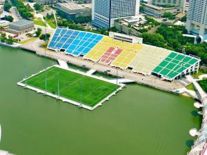 بزرگترین و خاص ترین زمین فوتبال شناور جهان در سنگاپور