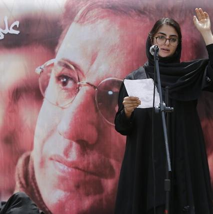دختر زنده یاد علی سلیمانی در مراسم یادبود پدرش با لباس سفید