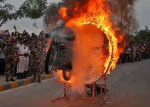 هنرنمایی مرزبان هندی در میان حلقه آتش