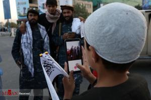 عکس یادگاری طالبان با گوشی هوشمند
