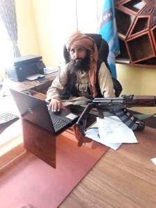 عکس/ رییس جدید مسلح بانک مرکزی افغانستان در اولین روز کاری!