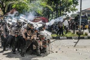 شلیک گاز اشک آور پلیس مالزی در برابر سنگ پرانی معترضان