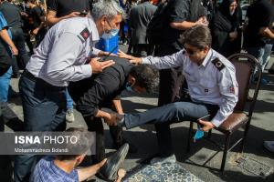 عکس های منتخب هفته؛ مالش دادن پای عزاداران در مراسم راهپیمایی جاماندگان اربعین