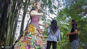 مجسمه ای ساخته شده از ضایعات پلاستیکی