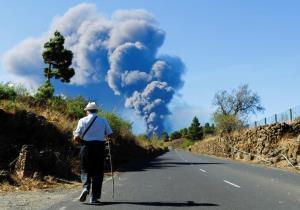 ستونی از خاکستر آتشفشان در جزیره قناری