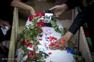 عکس/ قاب عکس پدر و مادر بر روی پیکر شهید تازه تفحص شده