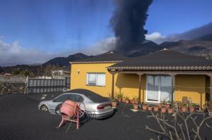 خانه ای غرق در خاکستر فوران آتشفشان