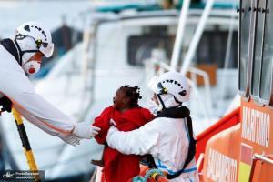تلاش امدادگران برای کمک به کودک مهاجر