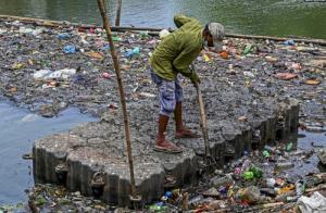 حجم انبوه زباله در دریاچه شهر کلمبو سریلانکا