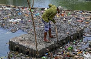 جمع کردن زباله ها از دریاچه ای در سریلانکا