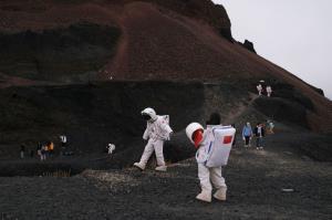 گردشگران در حال تماشای آتشفشان Ulan Had چین