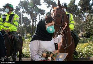 عکس یادگاری مردم با اسب سواران یگان ویژه نیروی انتظامی