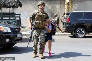 عکس/ کمک سرباز ارتش به یک دختر در درگیری های بیروت