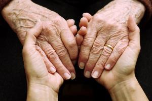سرپرست معاونت بهزیستی فارس: برای شکایت از سالمند آزاری به بهزیستی مراجعه کنید