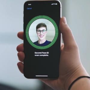 هکرها با دستکاری عینک طبی قفل تشخیص چهره آیفون را شکستند