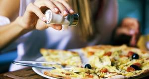 5 نشانه که میگوید بیش از حد نمک میخورید