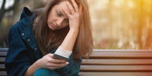 وقتی با اخبار بد بمباران میشویم چطور سلامت روان خود را حفظ کنیم؟