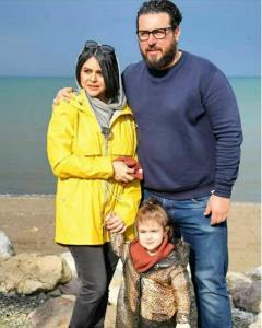 محسن کیایی و همسر و دخترش کنار دریا