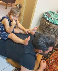 چهره ها/ دلبری های دختر محسن کیایی برای پدرش