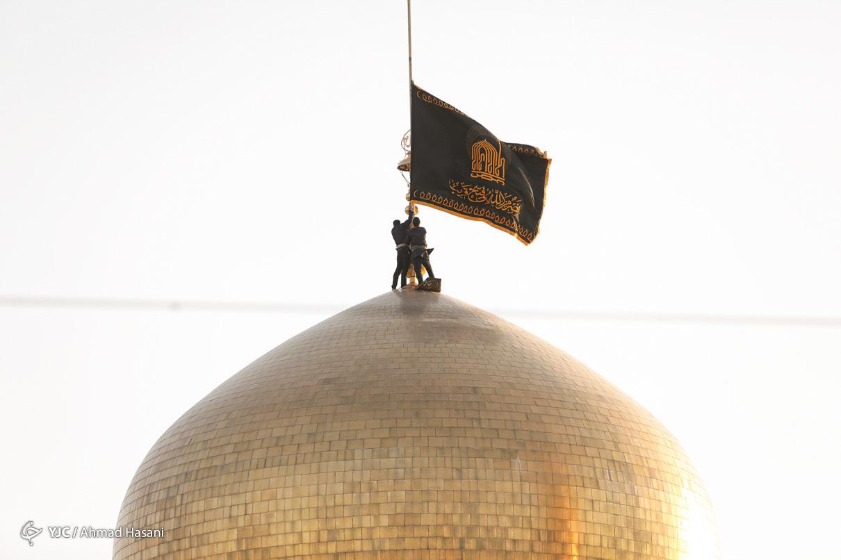 عکس/ مراسم اذن عزاي حسيني و تعويض پرچم گنبد حرم امام رضا (ع)