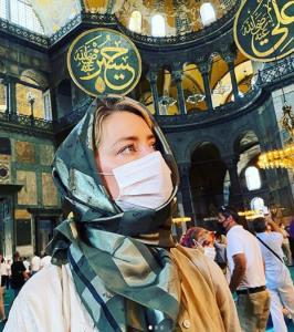 «امبر هرد» با حجاب اسلامی در مسجد