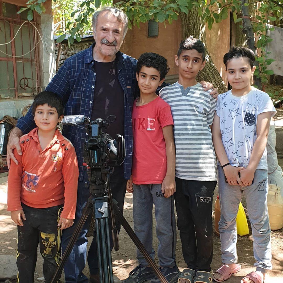 چهره ها/ مهران رجبی در کنار بچههای خوب روستای دیزان