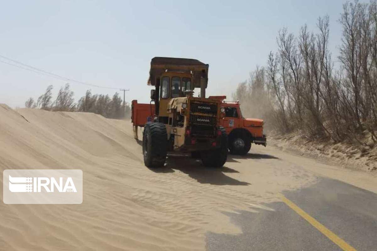 تلاش راهداران زهک برای جلوگیری از قطع راه ارتباطی ۱۷ روستای درگیر طوفان