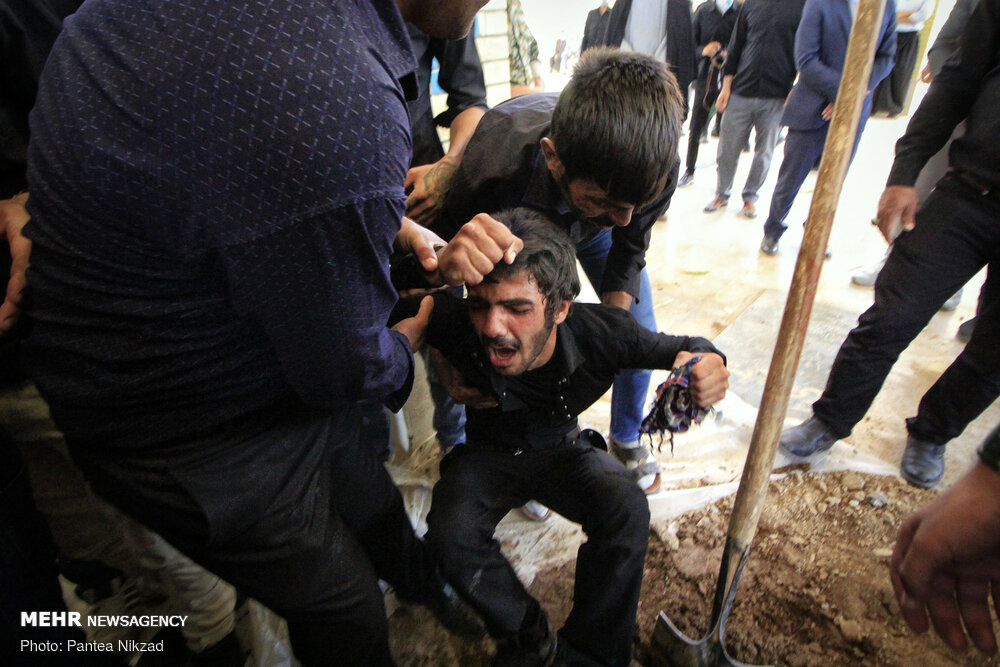 عکس/ تشییع پیکر سربازی که در درگیری با اشرار شهید شد