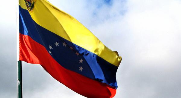 مقام ونزوئلایی: دوستان ایرانی کمکهای اقتصادی و نظامی لازم را به ما میدهند