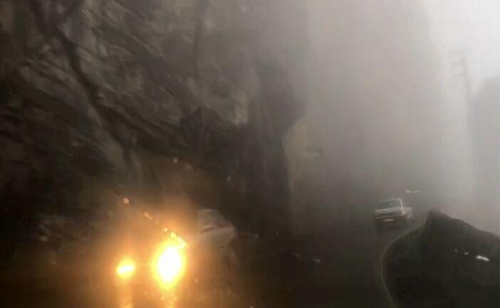 جاده کندوان مهآلود و دارای ترافیک نیمه سنگین است